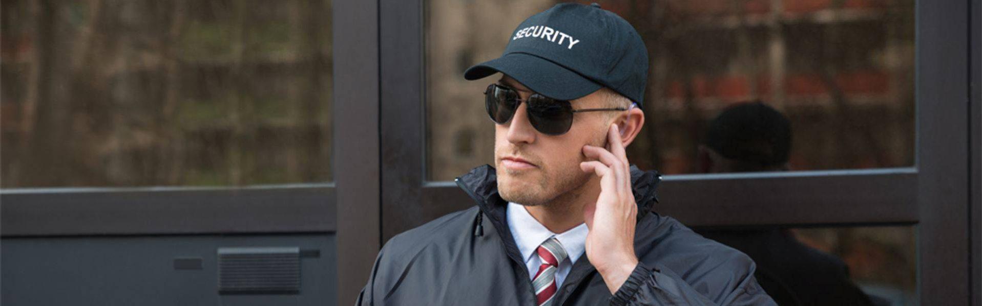 Охранник у здания